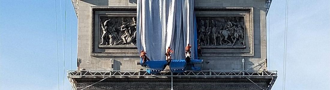 «Décadence française» : l'empaquetage de l'Arc de Triomphe provoque des critiques acerbes
